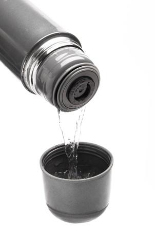 от термоса залить горячей водой в чашке
