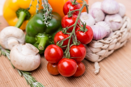 Группа свежего цвета овощей на деревянный стол