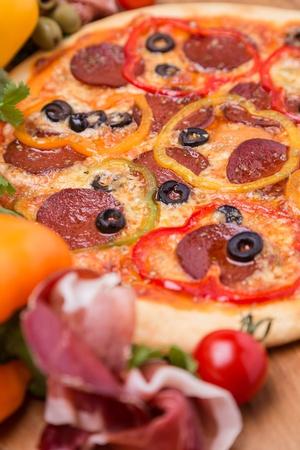 горячая пицца с гарниром и ингредиенты