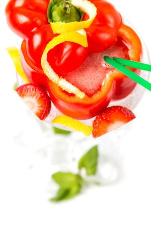 lungo coctail in pepe rosso con decorazioni e tubi