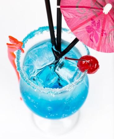 drinking straw: vicino freschezza cocktail con ghiaccio in vetro con cannuccia