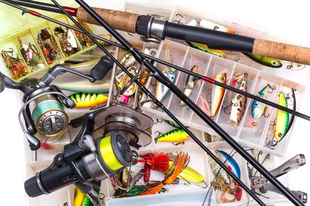 top différents agrès de pêche - canne à pêche, moulinet de pêche, ligne de pêche et leurres de pêche dans la case sur fond blanc
