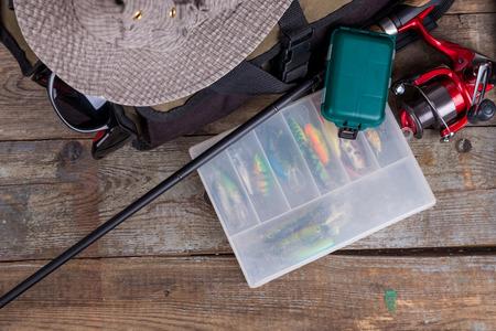 핸드백 및 목조 배경에 모자 낚시 태 클. 디자인 광고 또는 출판을위한 스톡 콘텐츠