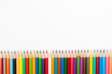 Muster von Farbstiften isoliert auf weißem Hintergrund close up
