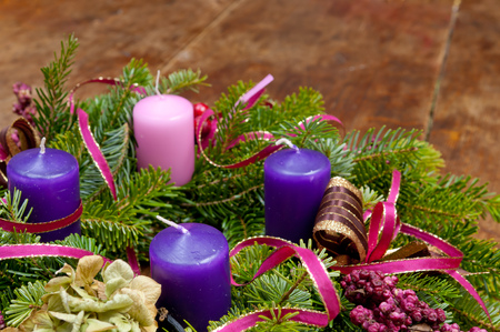 Couronne de l'Avent de guirlande de Noël sur fond en bois avec espace de copie