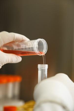 metodo cientifico: líquido de la pipeta que cae en el laboratorio