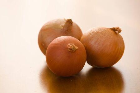 cebollas: cebollas sobre tabla de madera