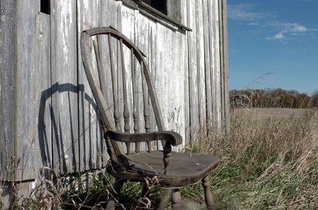 ツールは、シェッドで古い椅子