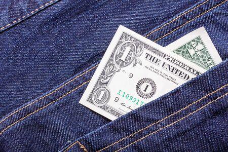 money in the pocket: Dinero de bolsillo. billete de un dólar en tejanos.