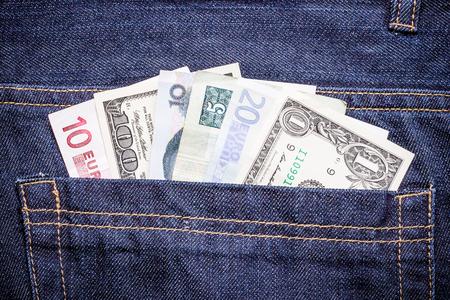 money in the pocket: Dinero de bolsillo varios billetes de curso en los pantalones vaqueros.