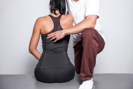 Back massage in physiotherapy spa salon. Standard-Bild