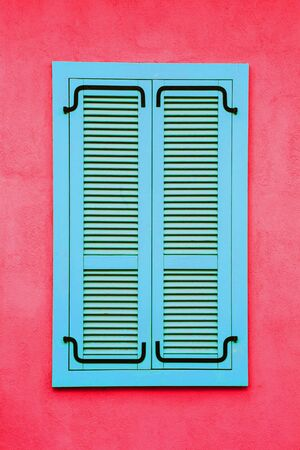 Blue wooden window frame. Pink red paint wall architecture background. 版權商用圖片