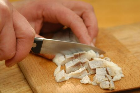 Heringssalat wird hergestellt nach Hausfrauenart mit Heringsfilet, Zwiebel, Apfel, Pfeffer und Majonaise