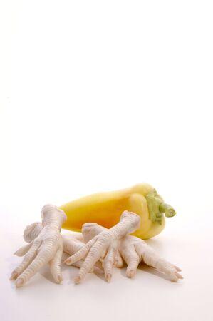 patas de pollo y pimentón preparado para una sopa