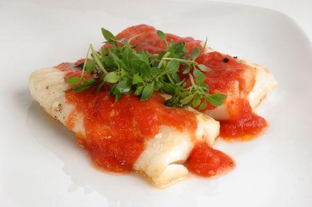 sauce tomate: morue cuit longes avec sauce tomate fait maison  Banque d'images