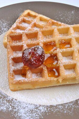 sucre glace: tranche avec le sucre � glacer et un cerisier