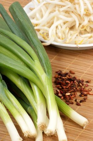coo: spring onions, bean sprouts on a timber board