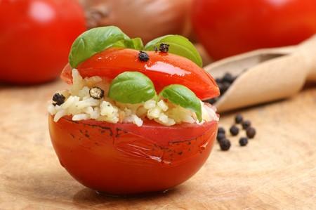 opvulmateriaal: Sommige Gegrilde biologische tomaten met rijst vulling