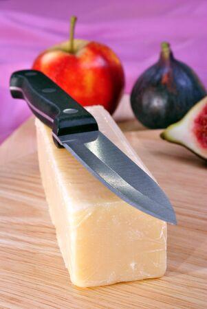 queso cheddar: tablero de madera con algunos queso cheddar org�nicos Foto de archivo