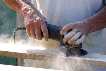 polvo: Una tabla de madera es lijar con un molinillo