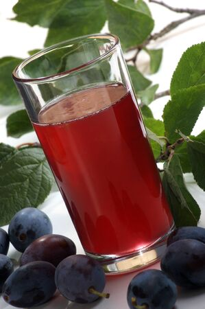 fatta in casa succo di prugna in un bicchiere
