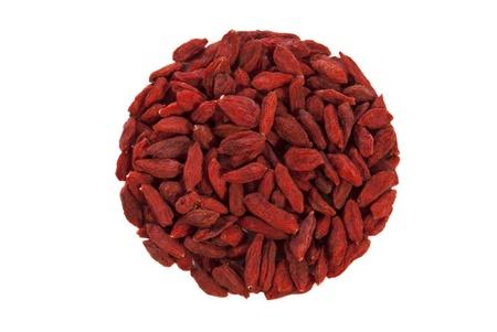 carotenoid: bayas de goji org�nicos rojo sobre fondo aislado Foto de archivo