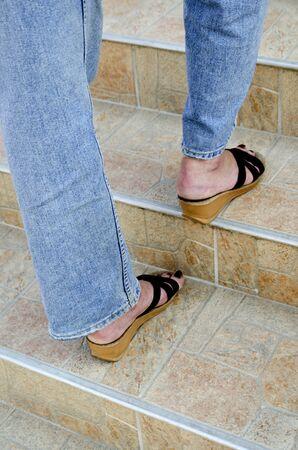 femme marche dans un escalier carrelé