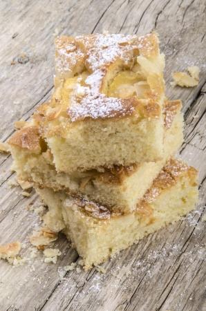 sucre glace: fra�chement cuit un g�teau aux pommes avec des flocons d'amandes et le sucre � glacer