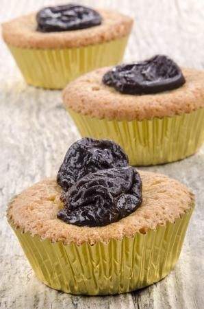 ciruela pasa: cupcake con tres ciruelas secas tama�o bocado Foto de archivo