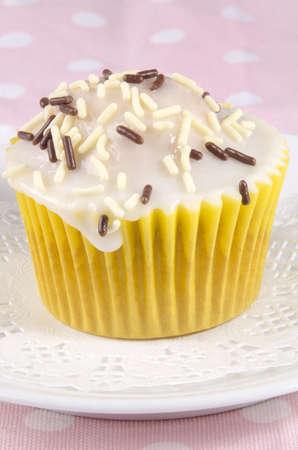 cupcake com cereja, marrom e branco granulado Banco de Imagens - 17694646