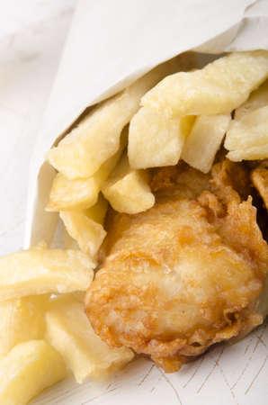 white paper bag: patatas fritas y pescado en una bolsa de papel blanco Foto de archivo