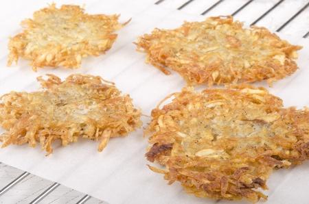 papas doradas: casera hash brown sobre papel de cocina