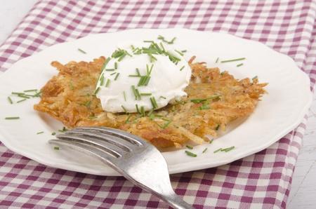 papas doradas: patata frita con queso y eneldo