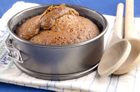 toffee pudding al horno en un molde photo
