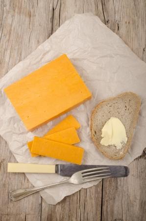 queso cheddar: queso cheddar maduro irland�s con pan y mantequilla