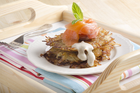 papas doradas: croquetas de patata y salmón ahumado con menta en un plato