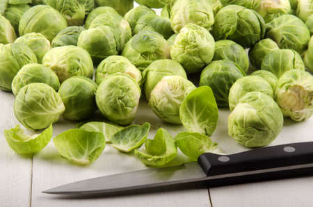 cuchillo de cocina: trimmed brussels sprouts and a kitchen knife on rustic table