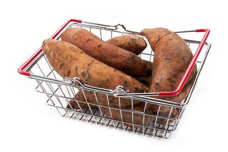 Süßkartoffeln in einem Metallkorb isoliert auf weißem Hintergrund