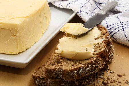 自家製バターとナイフでアイルランドのライ麦パン 写真素材