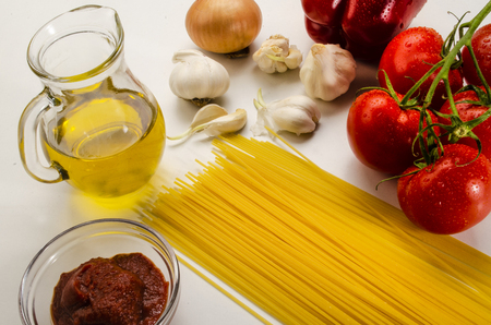 ingredients to make a delicious home made tomato sauce with spaghetti Standard-Bild