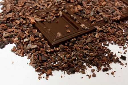 cacao beans: los granos de cacao con chocolate negro