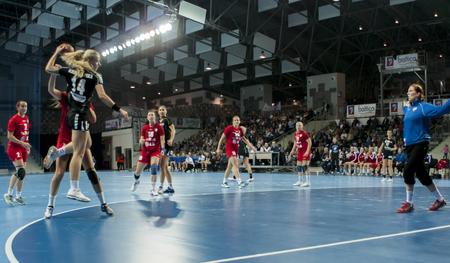 SZCZECIN, Polen - 21. Juni 2014: Patrycja Krolikowska von Pogon, schießt ein Tor bei Handball Frauen