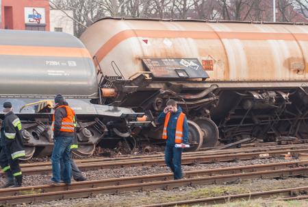 amoniaco: SZCZECIN, Polonia - FEBRERO 16, 2016: tren descarrilado en Polonia. El tren transportaba amoniaco. Editorial