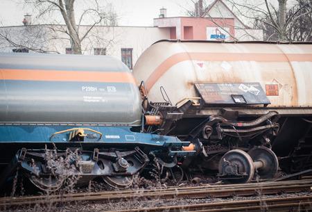 amoníaco: SZCZECIN, Polonia - FEBRERO 16, 2016: tren descarrilado en Polonia. El tren transportaba amoniaco. Editorial