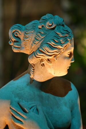 여자의 동상