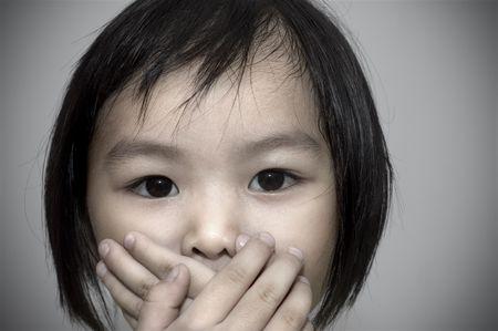 zeugnis: kleines M�dchen, die ihren Mund, Kriminalit�t Zeugen Konzept.
