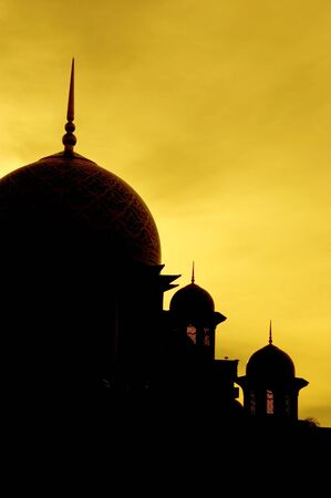 prayer tower: silhouette moschea durante il tramonto Archivio Fotografico