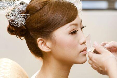 estilista: Nupcial aplicar cosm�ticos con aplicador. Maquillaje de tratamiento.