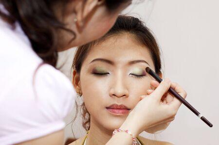 stage makeup: Cosmetici Woman applicando con applicatore. Make-up del trattamento.
