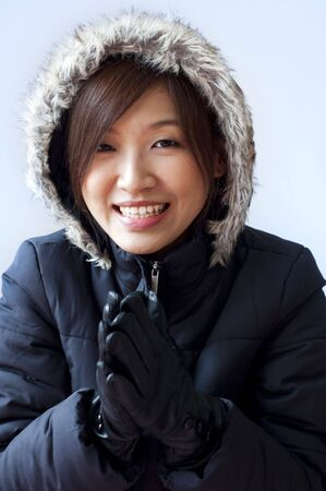 ropa de invierno: Ni�a abrigo de invierno con su rostro sonriente. Foto de archivo